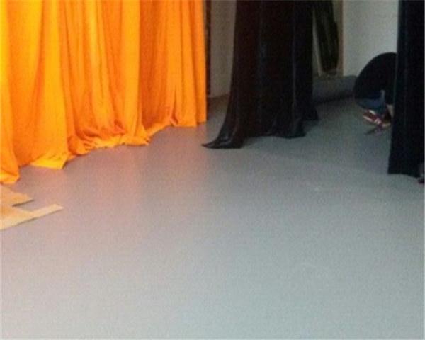 一般来说,3mm,4mm的地胶均适用于木地板地面,4mm,5mm的舞蹈地胶适用于