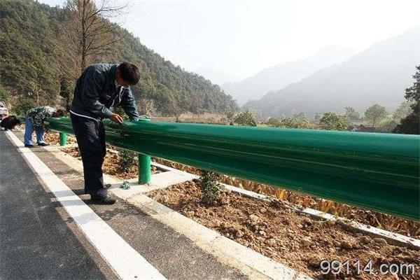 湖北高速公路护栏板 镀锌高速公路防撞护栏 114立柱 绿色护栏板