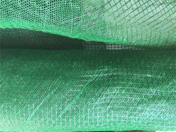 ⑷覆土 三维植被网铺设完毕,将泥土均匀覆盖于三维植被网上,将网包