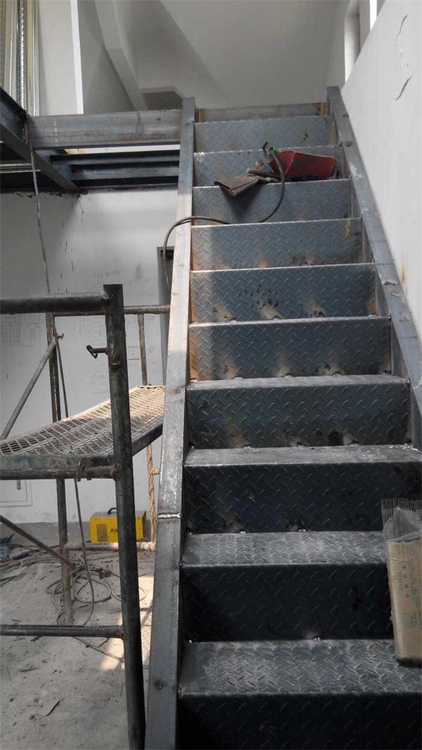 钢结构加层设计及施工.承接了京城众多家庭钢结构夹层工程.