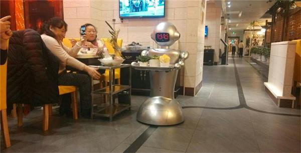 浙江一餐厅机器人当服务员 送餐场面如科幻大片