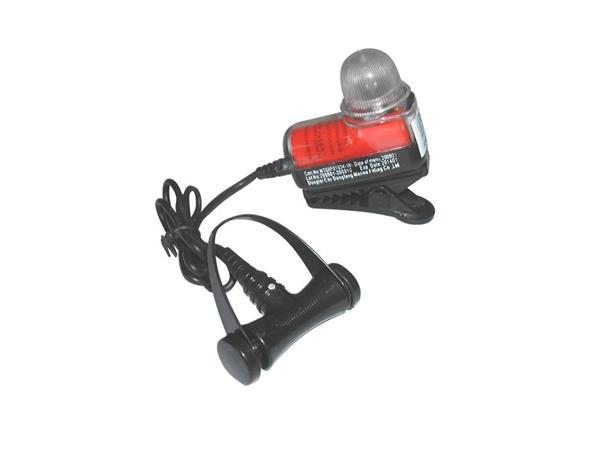二、船用救生衣灯的主要用途: 船用救生衣灯一种和救生衣配套使用的救生衣灯,包括电源、灯夹、灯座、电珠和灯罩,灯夹和灯座嵌入式接合,其特点在于所述的灯罩的前端有主凸透镜,侧前端有环状的辅凸透镜,灯座上有定距孔,灯夹上有定距杆架,定距杆架夹有定距杆。本实用新型救生衣灯在减少现有救生衣灯电源容量的条件下仍能增加在照射方向上的发光强度,由于在照射方向中心的外围还有一个光环,增加了夜间落水人员被发现的机会。船用救生衣灯的组成一般船用救生衣灯主要包括电源、灯夹、灯座、电珠和灯罩,灯夹和灯座为嵌入式接合,其特征在于所