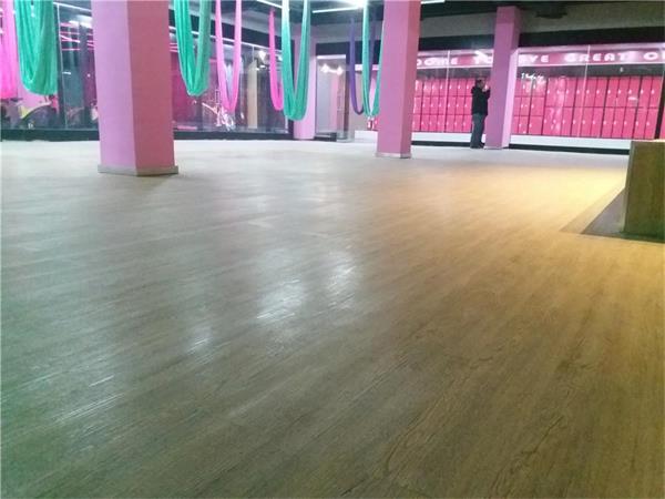 青岛健身房地胶板的特点 1功能性训练地胶是独有的新的功能训练区域.