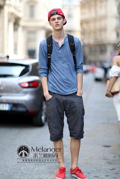 蓝色上衣搭配黑色短裤