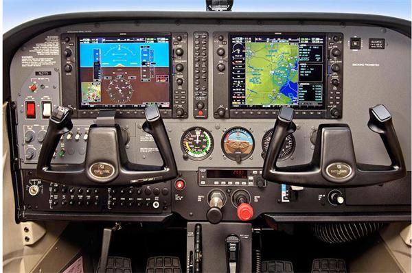 惠智科技生产的飞机模拟器有三台显示器,模拟飞机上的窗口,仪表盘跟真
