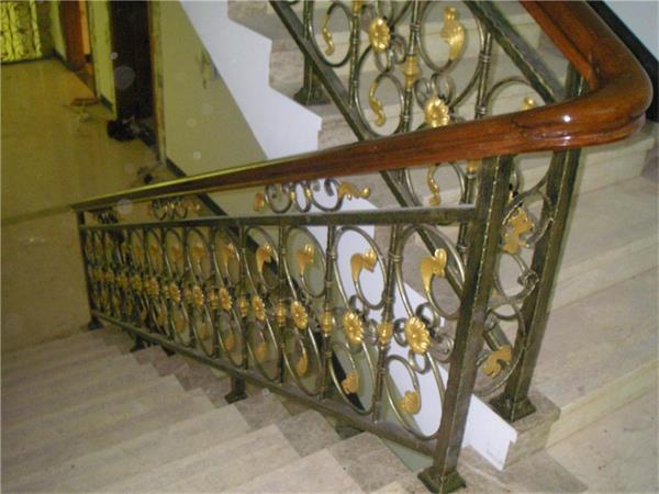 作者:北京亿豪楼梯17710727582 1、别墅装铁艺楼梯的好处 铁艺楼梯越来越多的用于别墅,其特殊材质能与别墅的风格融为一体,给人带来了视觉上的震撼,铁艺楼梯一般以组装式为主,组装式楼梯和普通楼梯的区别主要在于,楼梯本身的可拆卸性。普通楼梯一旦建成,终生不可移动。造型,位置都必须固定下来。如果需要改装,必须敲毁整个楼梯。费钱,费力,费事,费时。组装式铁艺楼梯则很好地避免了这个缺陷,楼梯本身的材料都是可以拼装的。如果零件损坏,只需要购买某个部分就行了,不需要费大手笔。 2、铁艺楼梯带来的视觉,触觉享受