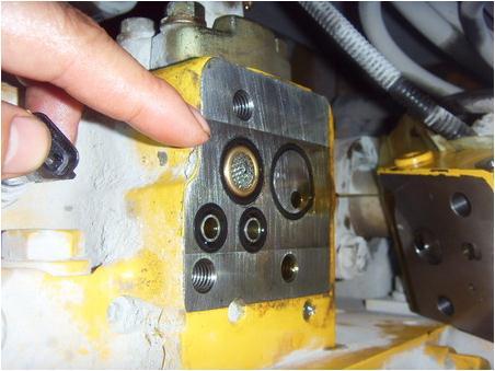 3,检查自压减压阀,拆卸后确认进油口处的过滤器表面铁网已破损,再图片