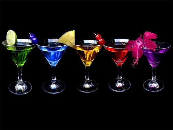 鸡尾酒小知识 鸡尾酒是一种量少而冰镇的酒。它是以朗姆酒(RUM),金酒(GIN)、龙舌兰(Tequila)、伏特加(VODKA)、威士忌(Whisky)等烈酒或是葡萄酒作为基酒,再配以果汁、蛋清、苦精(Bitters)、牛奶,咖啡,可可,糖等其他辅助材料,加以搅拌或摇晃而成的一种饮料,最后还可用柠檬片,水果或薄荷叶作为装饰物。 按照调制鸡尾酒酒基品种进行分类主要有以下几种: (1)以金酒为酒基的鸡尾酒,如:金菲斯、阿拉斯加、新加坡司令等。 (2)以威士忌为酒基的鸡尾酒,如:老式鸡尾酒、罗伯罗伊、纽约等。