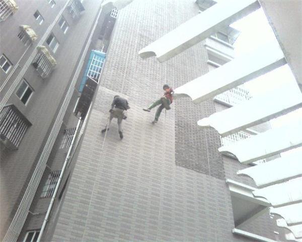 同样女儿墙处可设计一圈反梁并与结构梁同时浇筑,高出屋面板30毫米