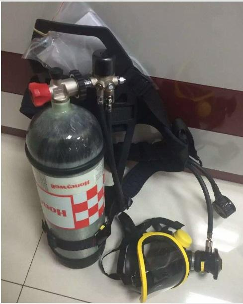 正压式设计(3毫巴),通过快速插入式接口与供气阀连接,新式呼气阀使得