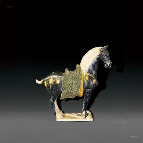 唐朝末年,因为国力日衰,三彩陶器出产开始逐步萎缩,包含三彩马在