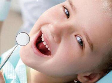 这个年纪的小朋友可以开始试着去儿童牙科检查,一开始跟小朋友说去