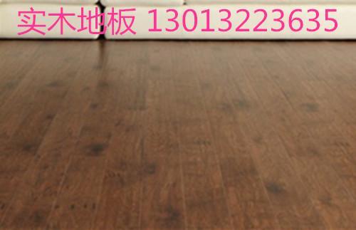 强化木地板的基材是中密度或高密度纤维板以及刨花板,尺寸稳定性好,面