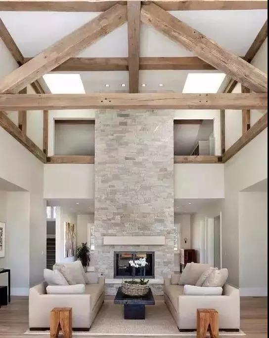 结合房梁的原木屋顶的设计,更添原始.